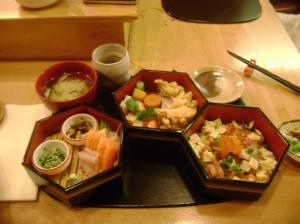 Un délicieux bento composé de sashimis, de tempura, et d'un chirashi assaisonné.